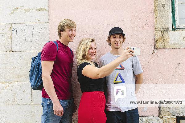 Portugal  Lissabon  Drei Touristen  die Selfie nehmen