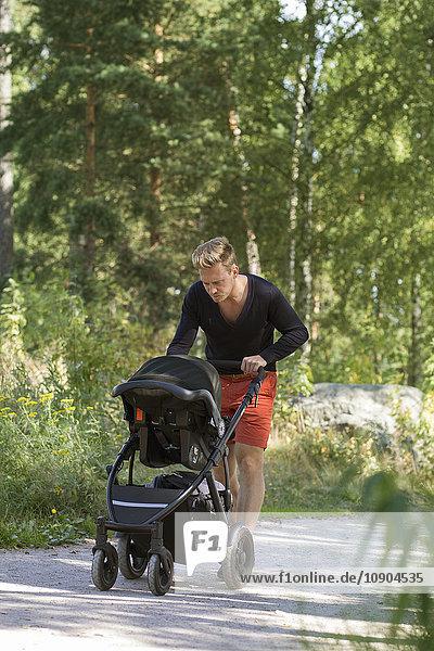 Finnland  Uusimaa  Vater im Kinderwagen (0-1 Monate)