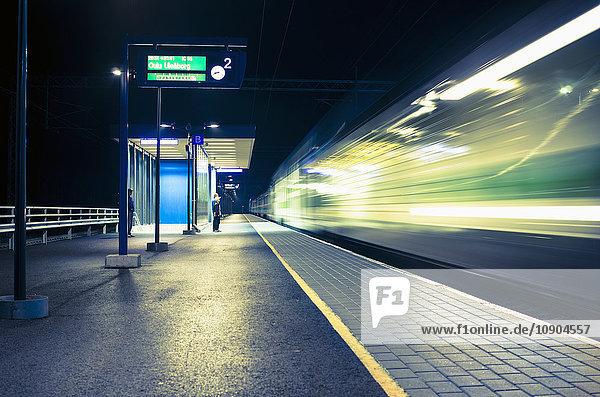 Finnland  Pohjanmaa  Pannainen  Bahnhof bei Nacht