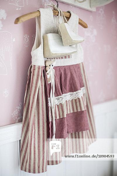 Finnland  Kleid des kleinen Mädchens auf Kleiderbügel Finnland, Kleid des kleinen Mädchens auf Kleiderbügel