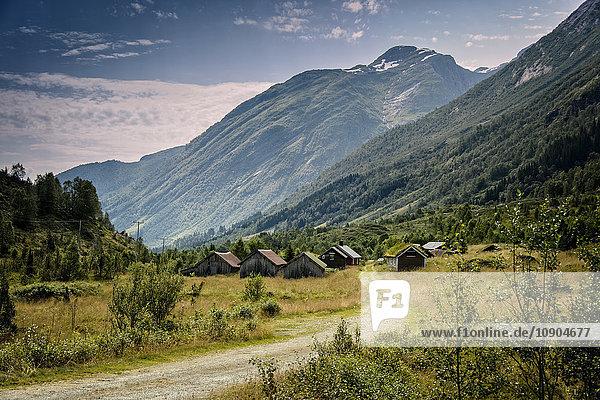 Norwegen  Sogn og Fjordane  Sogndal  Dorf am Fuße der Berge