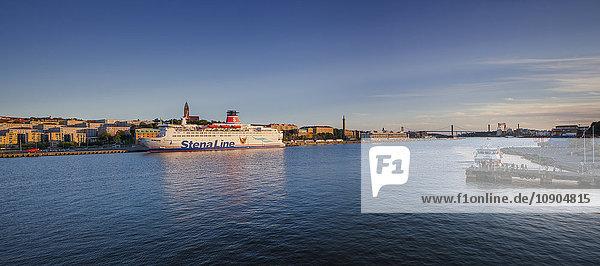 Schweden  Vastra Gotaland  Göteborg  Erhöhte Aussicht auf das Stadtbild und die Fähre am Wasser