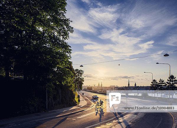 Schweden  Stockholm  Sodermalm  Menschen auf der Straße im Morgenlicht