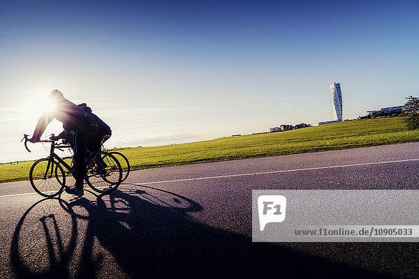 Schweden  Skane  Malmö  Ribersborg  Seitenansicht der Radfahrer im Park