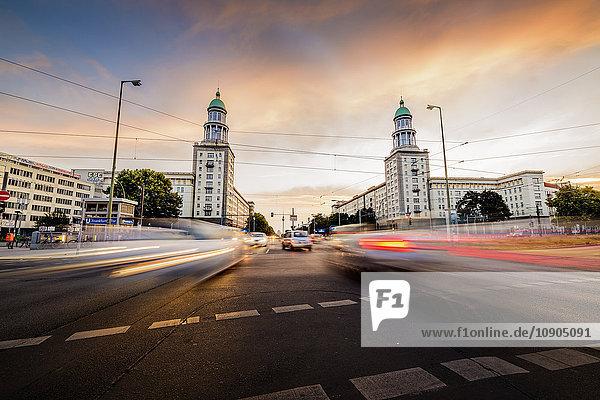 Deutschland  Berlin  Tyskland  Frankfurter Tor  Verschwommener Verkehr auf städtischen Straßen