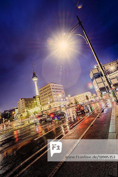 Deutschland  Berlin  Alexanderplatz  Beleuchtete Straßenleuchte