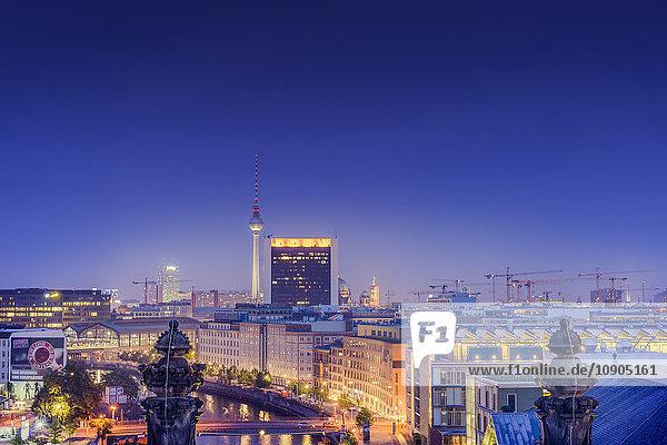 Deutschland  Berlin  Beleuchtetes Stadtbild und Skyline