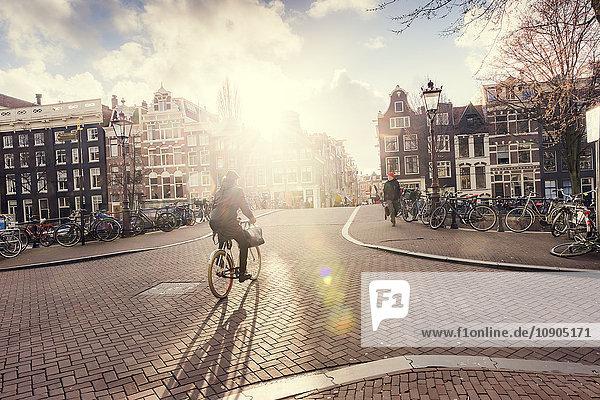 Niederlande  Nordholland  Amsterdam  Stadtansicht bei Sonnenschein