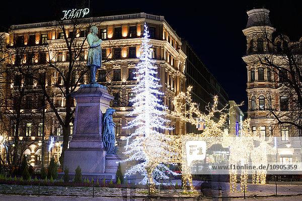Finnland  Helsinki  Esplanadin puisto  Stadtstraße mit Weihnachtsbeleuchtung