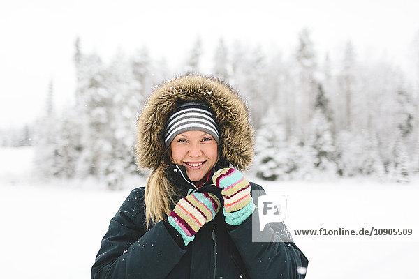 Finnland  Jyvaskyla  Saakoski  Portrait einer jungen Frau im Wintermantel
