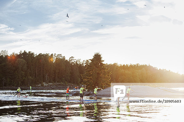 Finnland  Varsinais-Suomi  Eura  Paddler am Ufer während des Rennens