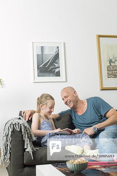 Schweden  Vater macht Hausaufgaben mit Tochter (8-9)