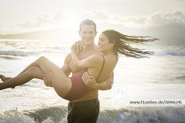 Mann mit seiner Freundin an der Strandpromenade