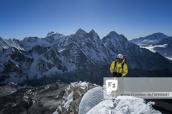 Nepal  Himalaya  Solo Khumbu  Bergsteiger am Ama Dablam South West Ridge