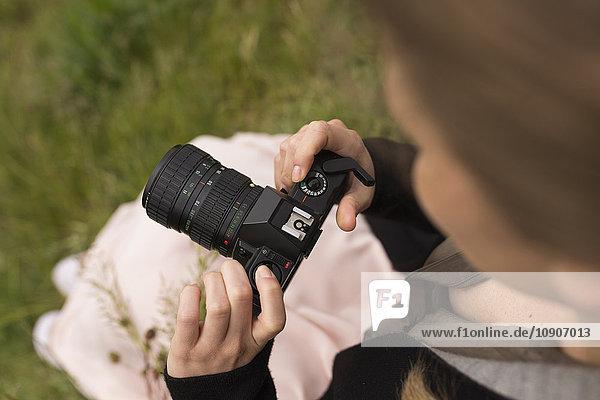 Frau mit Kamera in der Natur