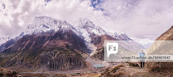 Nepal  Annapurna  Manang  Trekkerin  Panoramablick