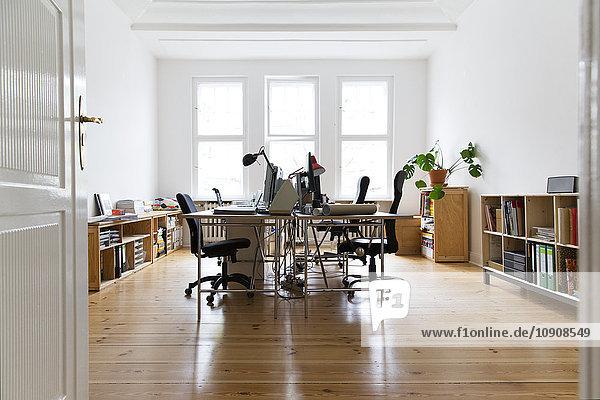 Arbeitsbereich im leeren Büro