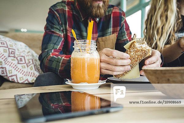 Pärchen frühstücken im Café  trinken Bio-Säfte