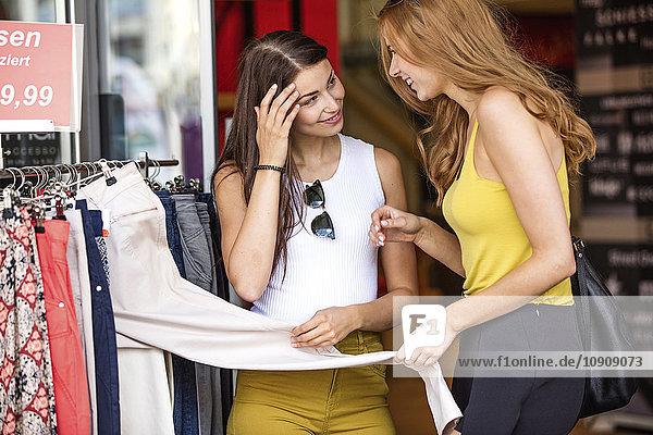 Zwei junge Frauen beim Einkaufen in der Boutique
