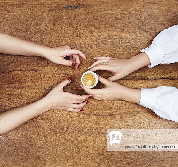 Hände mit Espressotasse