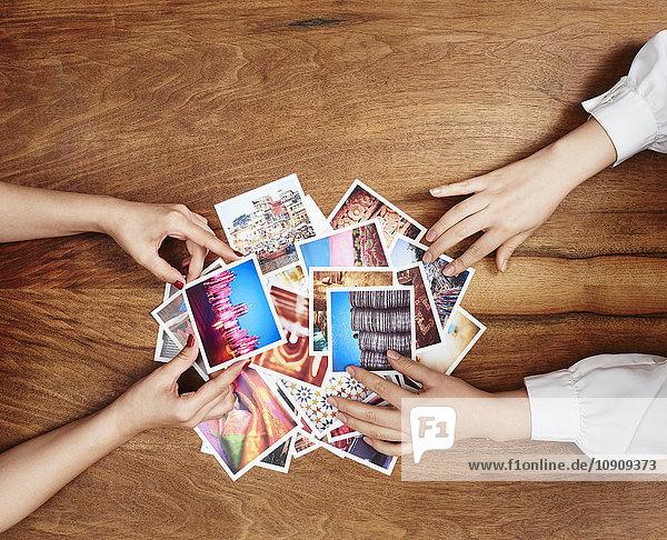 Hände mit Fotoabzügen