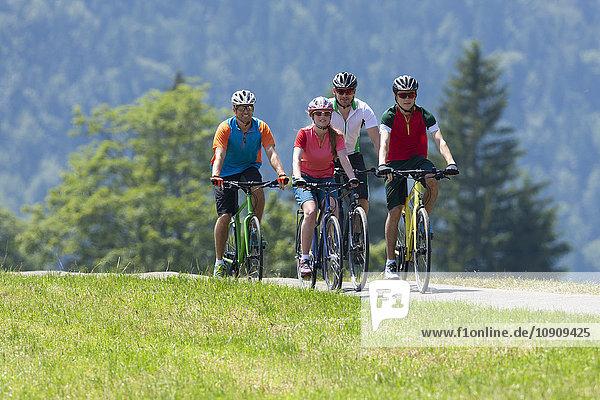 Vier Personen auf einer Fahrradtour mit Trekkingrädern