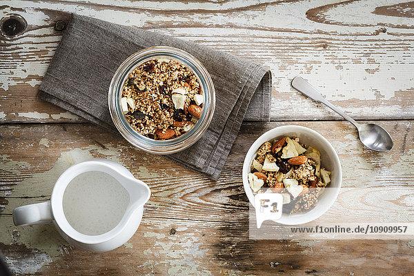Hausgemachtes Müsli aus Hafer  Mandeln  Quinoa  Rosinen und getrockneten Apfelringen
