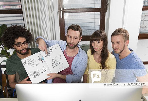 Team von Kreativprofis bei einer Videokonferenz mit Entwürfen