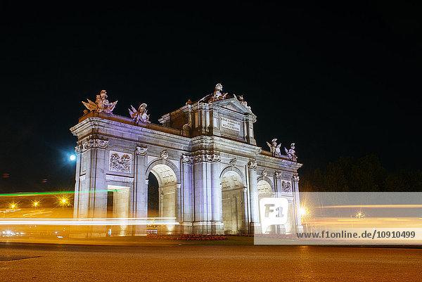 Spanien  Madrid  Puerta de Alcala mit nächtlichen Fahrzeugblitzen