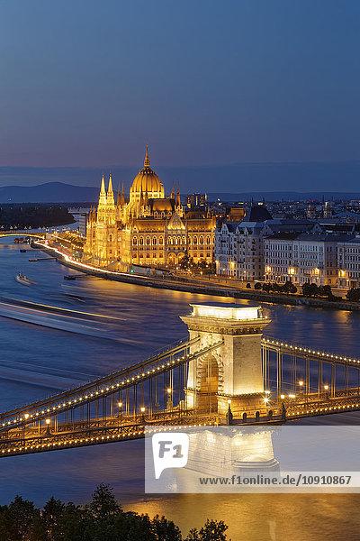 Ungarn  Budapest  Blick nach Pest mit Parlamentsgebäude  Kettenbrücke und Donau am Abend