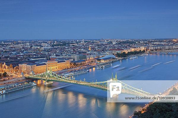 Ungarn  Budapest  Donau und Freiheitsbrücke am Abend