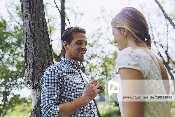 Glückliches verliebtes Paar in der Natur