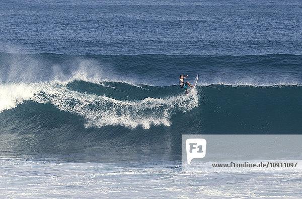 Indonesien  Bali  Surfer auf einer Welle