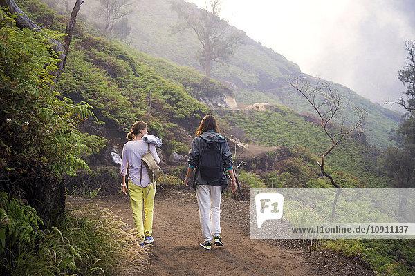 Indonesien  Java  Zwei Frauen beim Wandern in den Bergen