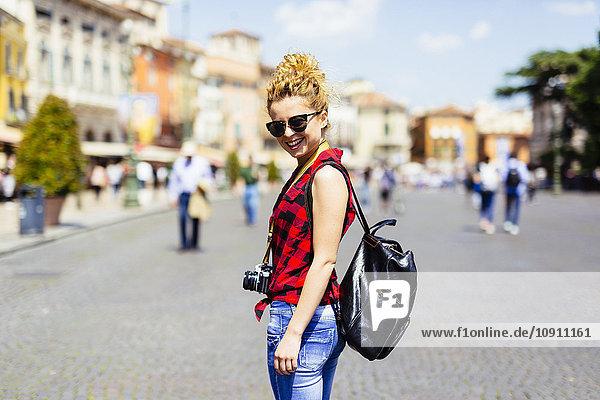 Italien  Verona  lächelnde Frau in der Stadt