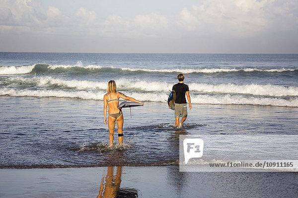 Indonesien  Bali  Surfer am Strand
