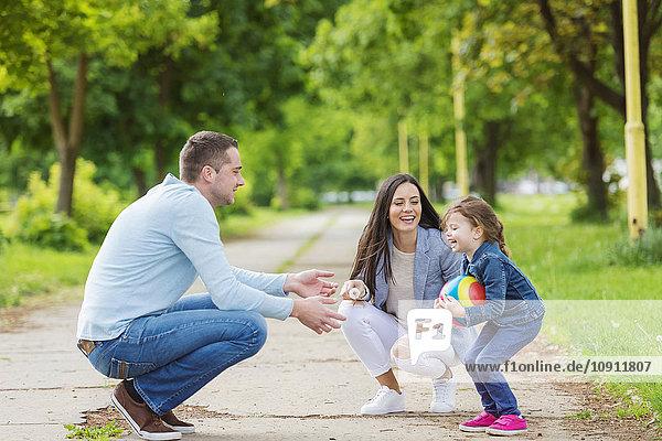 Glückliche Familie beim Spielen im Park