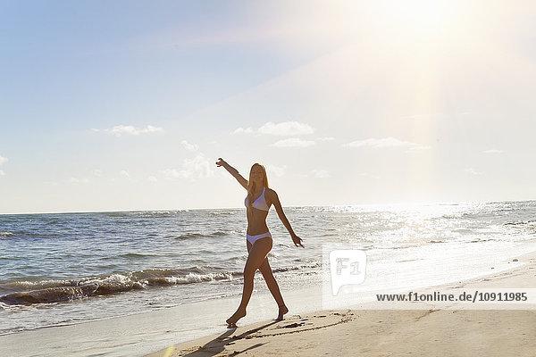 Dominikanische Rebublik  Junge Frau beim Tanzen am tropischen Strand