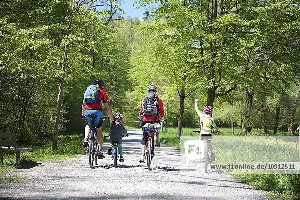Familie bei einer Radtour