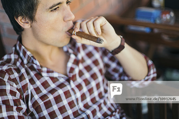 Mann  der Zigarre raucht