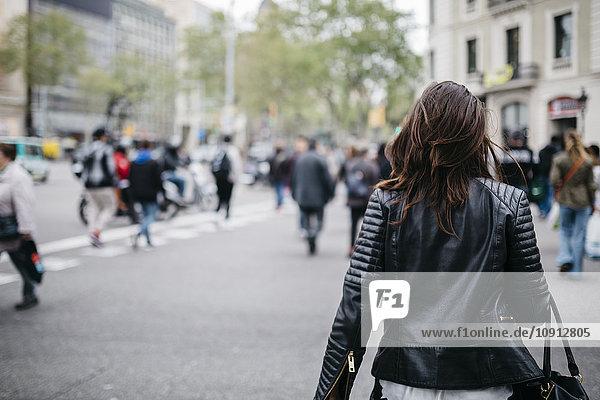 Spanien  Barcelona  junge Frau in der Stadt