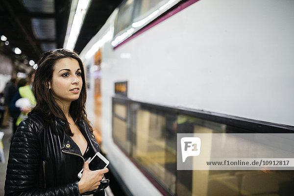 Junge Frau auf dem Bahnhof