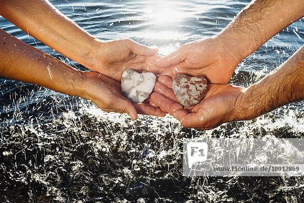 Hände halten Steine
