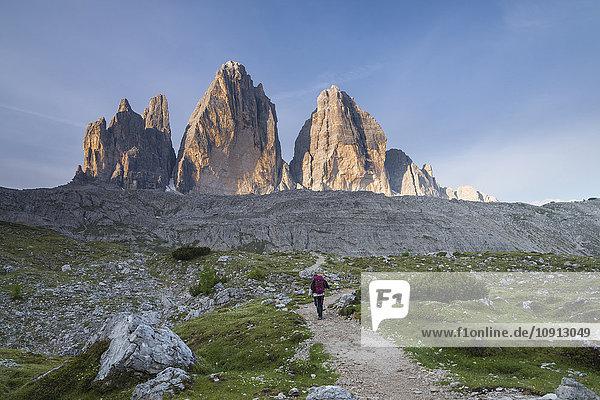 Italien  Südtirol  Dolomiten  Wanderin vor Tre Cime di Lavaredo