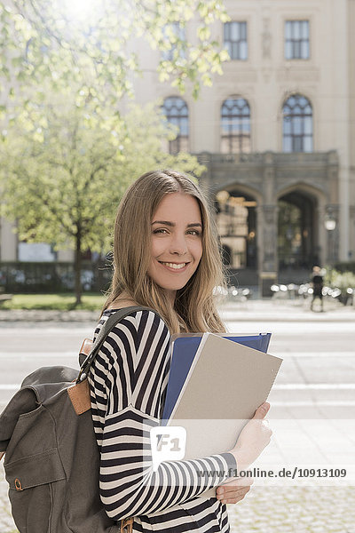 Porträt eines lächelnden Schülers im Freien