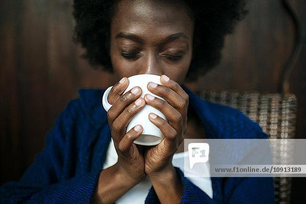 Frauenhände halten Tasse Kaffee  Nahaufnahme
