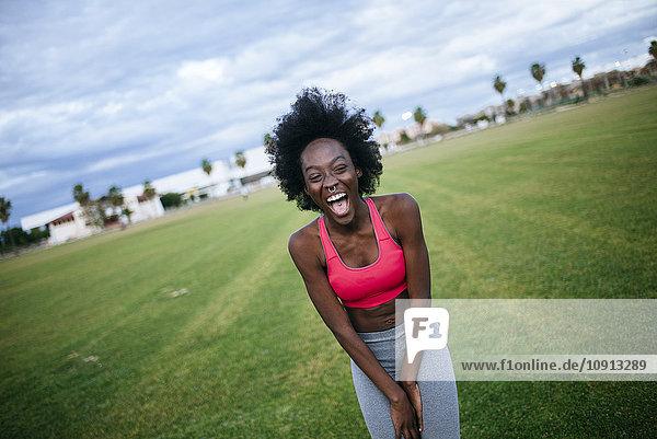 Lachender schwarzer Athlet  Portrait