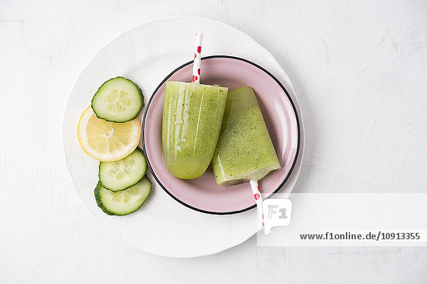 Emailleschüssel mit hausgemachten Gurken-Zitronen-Popsicles Emailleschüssel mit hausgemachten Gurken-Zitronen-Popsicles