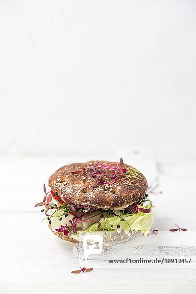 Veggie Burger  vegan  mit Salat  Rettich  Tomate  Steinschnittlauch