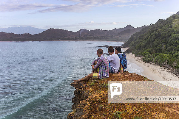 Indonesien  Insel Sumbawa  Jugendliche sitzen auf dem Aussichtspunkt